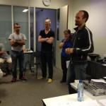 Groep van 4 mensen voor het publiek om hun ideeën te presenteren