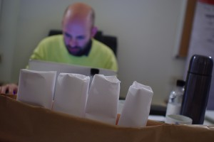 vier grote tanden van papier in een papieren onderkaak